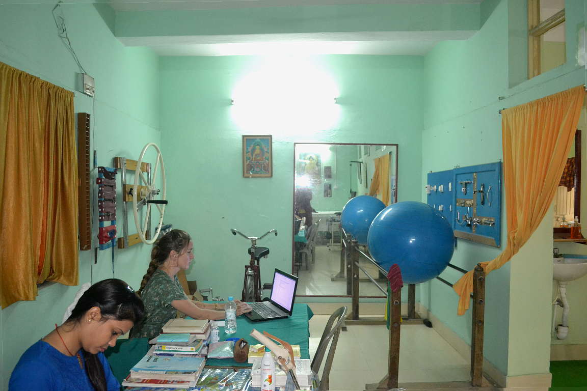 Physiotherapist and volunteer acupuncturist in our physiotherapy unit